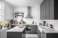 A Stylish White and Grey Scandinavian Apartment - The Nordroom Mint Green Kitchen, Dark Grey Kitchen, Grey Kitchens, Home Kitchens, Kitchen Interior, Kitchen Design, Sweden House, Scandinavian Apartment, Light Grey Walls