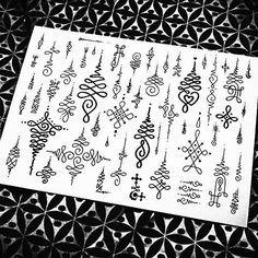 Unalone é um simbolo budista que significa o caminho da iluminação, do caos ao nirvana. O caos é o meio da espiral e a linha reta o nirvana, quando deixamos de oscilar alcançamos a iluminação. ( Nyrak) #unaloneideas