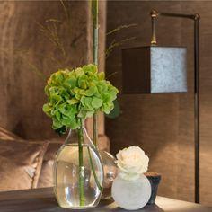 enkel och minimalistisk utan att kännas kall Website, Glass Vase, Lighting, Floor Lamps, Home Decor, Interiors, Decoration Home, Room Decor, Floor Lamp Base