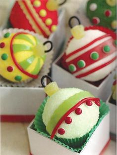 Christmas ball cupcakes - I've got the Hello Cupcake books and their decorating techniques are awesome! Christmas Cupcakes, Christmas Sweets, Noel Christmas, Christmas Goodies, Christmas Ornaments, Xmas, Christmas Balls, Christmas Gifts, Christmas Decor