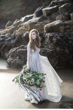 Als wäre sie vom Schicksal an Land gespült strandet die Schönheit an der Küste Oregons, strandet in den Armen der Liebe.