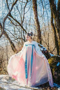 家勛 Hanfu, Unique Outfits, Vintage Outfits, Ethnic Fashion, Korean Fashion, China Mode, Dynasty Clothing, Culture Clothing, Chinese Clothing