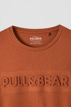 Basic T-shirt with raised logo design - PULL&BEAR Cut Shirts, Printed Shirts, Oversized Shirt Men, Tee Design, Logo Design, Kids Clothes Boys, Clothing Logo, Red Flag, Shirt Embroidery