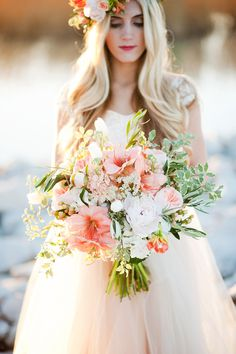Realçando o post anterior e close no detalhe e delicadeza do buquê. Serve ou não de inspiração para quem planeja juntar as bagagem? #Peach #Bouquet | On SMP - http://www.StyleMePretty.com/utah-weddings/2014/01/07/gold-peach-mother-daughter-bridal-inspiration/ Kristine Curtis Photography | Floral Design - Calie Rose