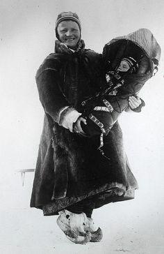 Samisk kvinne med barn i komse. Sør-Varanger. Marit Banne med datteren Inga. c. 1897. Photograph Ellisif R. Wessel.