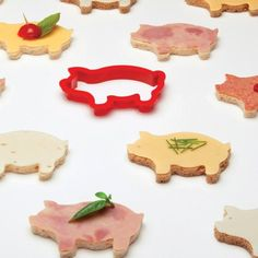 Give your boring sandwiches a fantastic makeover by giving them different shapes inspired from the animal kingdom with these Party Animals Sandwich Cutters.