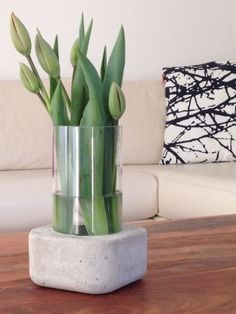 Die schönsten DIY Ideen mit Beton Stylish concrete vase that makes it easy to DIY, DIY vase with con Concrete Furniture, Concrete Crafts, Concrete Projects, Concrete Design, Concrete Planters, Concrete Jewelry, Diy Projects, Cement Art, Beton Diy
