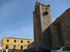 La iglesia de Santa Marina, en pleno corazón de Cañaveral, junto a su ayuntamiento. Junto a ellos hay casas rurales y bares donde podrás comer ricas morcillas.