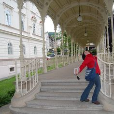 En Karlovy Vary nos divertimos mucho cuando a @manmely le dio por posar como #modelo.  #Viajar es #divertido.  At #KarlovyVary we had fun so much when @manmely started to pose like a #model.  #Travel is #fun.  #Czech Republic  #worldplaces #world_places #world_shots #beautiful #wonderful_places #webstagram #wonderlust #wanderlust  #beautifuldestinations #instatravel #mytravelgram #igtravel #instadaily #igers #igdaily #igtravelers #igviaje #igviajeros