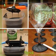 Necesitarás: - Pintura para pizarrón  - Copas - Gis - Cinta  Paso 1: Cubre muy bien el área en donde trabajarás. Llena un recipiente con la pintura y sumerge la base de la copa. Paso 2: Deja escurrir la pintura para remover el exceso, pon un pedazo de cinta en la agarradera para que la pintura no se corra en toda la copa y después deja secar. Paso 3: Ya que la pintura esté seca, personaliza la copa con el gis, poniendo tu nombre o el diseño que se te ocurra.