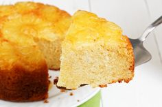 La torta rovesciata ananas e cocco è un dolce profumato, goloso e con un sapore fresco che vi conquisterà al primo assaggio. Ecco la ricetta
