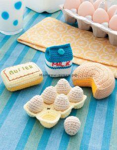 Вязаные крючком продукты: пакет молока, сыр, масло и яйца