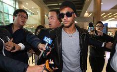 Cercado por seguranças e jornalistas, Neymar desembarca no Aeroporto Internacional de Incheon, na Coreia do Sul; a seleção brasileira enfrenta o país num amistoso no próximo sábado (12).