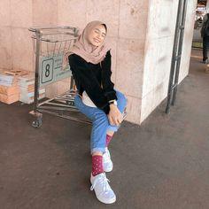 Street Hijab Fashion, Muslim Fashion, Ootd Fashion, Fashion Outfits, Womens Fashion, Fasion, Hijab Jeans, Ootd Hijab, Girl Hijab