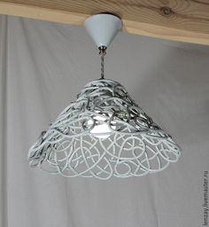 Светильник потолочный на коротком подвесе `Дымчатый ажур`. Плетеная керамика Елены Зайченко