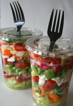 Great option for a healthy grab-and-go lunch or dinner. Via Low Carb Diner:. - Salate und Dressing - Great option for a healthy grab-and-go lunch or dinner. Via Low Carb Diner: Chopped Salad in a - Boat Snacks, Boat Food, Picnic Snacks, Picnic Parties, Picnic Recipes, Snacks For Boating, Boating Fun, Picnic Dinner, Sandwich Recipes