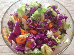 Vitaminas para el otoño! Una buena forma de juntar muchas vitaminas es haciendo una buena ensalada :) Mezcla todas las verduras que te gusten, aliñalas y añadele semillas recien tostadas... le dara un toque super crujiente ;) EcoTip: Busca siempre verduras de temporada para aprovechar mejor todas sus propiedades...