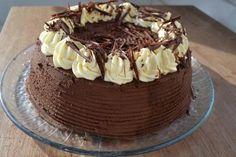 Kahden suklaan kakku on päällystetty tummalla suklaavaahdolla, sisälle kätkeytyy paksu kerros valkosuklaista appelsiiniaromista moussea, jota on ruusukkeina myös kakun pinnalla. Kakkupohja on gluteeniton, laktoosittomasta kermasta ja valkosuklaasta valmistettuna kakku sopii juhlissa lä