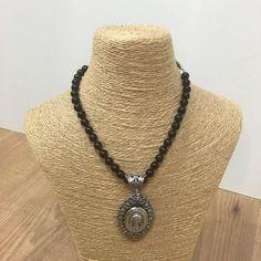 Colgante en baño de plata de perlas negra de baturra. Original por su forma de relicario con la Virgen del Pilar. Jewelry, Fashion, Shape, Silver Bathroom, Black Pearls, Pendants, Black, Moda, Jewlery