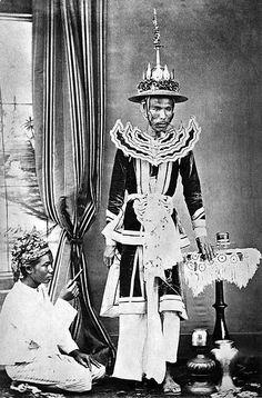 Prince of Yadanabon Palace, Myanmar. Traditional Thai Clothing, Traditional Fashion, Dynasty Clothing, Modern Photographers, Burma Myanmar, Burmese, Southeast Asia, History, Prince