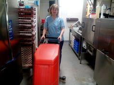 Lattian konetus keittiössä menossa, Suvi hurautteli lattian puhtaaksi!