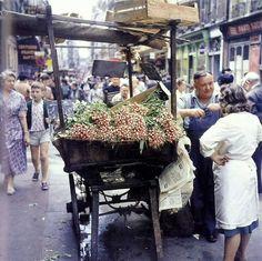 La rue Montorgueil en 1960. Une photo de © Jean Jéhan  (Paris 1er/2èmeà