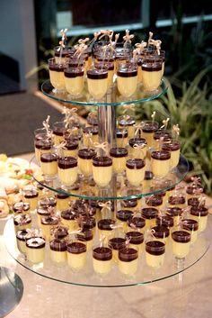 mousse de maracujá e chocolate Dessert Stand, Dessert Bars, Dessert Table, Fancy Desserts, Wedding Desserts, Cake Board, My Best Recipe, Love Food, Catering
