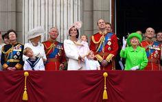 Un weekend di grandi festeggiamenti a Londra: oltre alle cerimonie ufficiali per i 90 anni della regina Elisabetta II (che ha compiuto gli anni lo scorso 21 aprile), si celebra anche il 95esimo compleanno del principe Filippo. La Sovrana e il consorte in carrozza alla Parata delle Guardie Reali (Epa)