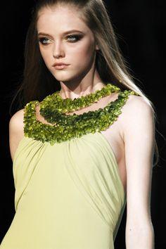 Versace at Milan Fashion Week Spring 2007 - Livingly 00s Fashion, World Of Fashion, Milan Fashion, Fashion Models, Fashion Details, Timeless Fashion, Munich Models, Vlada Roslyakova, Vogue Covers