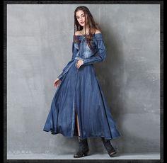 Платья : Джинсовое платье в пол со спущеным вырезом и вышитым поясом