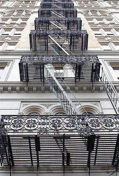 Pour s'échapper en toute beauté ! / Escaliers de secours. / Fire escapes. / Soho. / Londres, London. / England, Angleterre.