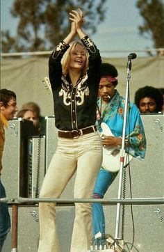 Eric Burdon (left) and Jimi Hendrix at the Newport Festival Easy Guitar, Guitar Tips, Rock N Roll Music, Rock And Roll, Newport Jazz Festival, Eric Burdon, Black Magazine, Jimi Hendrix Experience, Psychedelic Music