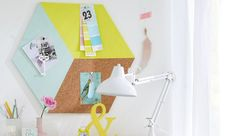 Pour épingler vos notes et vos photos, rien de mieux que le panneau d'affichage en liège. Grâce à ce DIY déco, votre tableau mural va faire des jaloux ! Avec de la peinture colorée et un ruban de masquage de qualité, votre décoration murale va en épater plus d'un... C'est parti pour l'atelier déco !