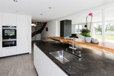 bautrendsKüchenabdeckungen aus Naturstein, besonders aus Granit, sind sehr beliebt. Natürliche Einschlüsse geben der Arbeitsfläche eine besondere Ästhetik und machen jede Abdeckung zu einem Unikat. Granitabdeckungen weisen aufgrund Ihrer Härte eine enorme Schnitt- und Kratzbeständigkeit auf.  Lass auch Du dich inspirieren. Dein bautrends.ch - Inspirationsteam  #naturstein #küchenabdeckung #granit #küchenplatte #arbeitsfläche #marmobisa #bautrends Kitchen Island, Table, Furniture, Home Decor, Stone Panels, Porcelain Tiles, Bathroom Interior, Natural Stones, Kitchen Contemporary