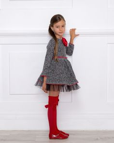 Outfit Vestido Punto Negro & Calzas Rojas