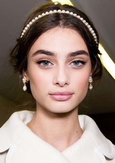 37 Party Makeup Looks to Get You Through the Season Throw on a jeweled headband to change up your look with minimal effort Wedding Day Makeup / Bridal makeup beauty wedding day Bridal Beauty, Wedding Beauty, Bridal Makeup Natural Brunette, Natural Beauty, Natural Lips, Natural Hair, Party Make-up, Party Wedding, Makeup Samples