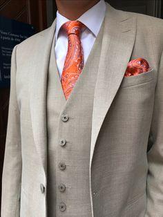 Costume sur mesure 3 pièces en lin beige avec accessoires orange #costume #surmesure #lin #suits #bespoke