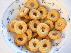 Striekaný koláč Onion Rings, Doughnut, Ethnic Recipes, Desserts, Food, Basket, Tailgate Desserts, Deserts, Essen