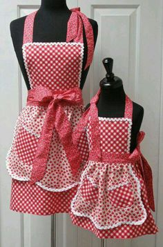 Reversible Mommy and Me Retro Apron Set No pattern Sewing Hacks, Sewing Projects, Cute Aprons, Apron Designs, Sewing Aprons, Kitchen Aprons, Aprons Vintage, Mommy And Me, Kind Mode