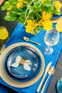 Bucură-te de un decor elegant în care îți vei petrece timpul cu plăcere, fiindcă în căminul tău plutește un sentiment de bine, datorită bunului gust! Pe webshopul Nobila Casa ai parte de articole moderne! Cozy, Make It Yourself, Stylish, Modern, How To Make, Blue, Trendy Tree