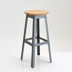 Le tabouret style industriel Hiba, haut. 75 cm. Autour d'une table haute, d'un bar et simplement pour prendre de la hauteur, le tabouret haut Hiba propose un style résolument authentique à la note très rétro. Modèle bas assorti sur laredoute.fr.Caractéristiques du tabouret industriel Hiba :Structure acier, laqué gris époxy gris, finition époxy.Repose-pieds.Assise en pin massif, teinté chêne, finition ciré.Il est conseillé de resserrer les vis si nécessaire pour une qualité et une sta...