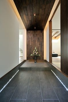 Hallway – Home Decor Designs Modern Interior Design, Interior Architecture, Style At Home, Zen Interiors, Japanese Interior, House Entrance, Japanese House, Ceiling Design, Interior Decorating
