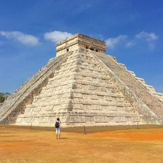 Pirâmide nas ruínas de Chichen Itza sítio arqueológico da civilização maia localizado a cerca de duas horas de Cancun no México.  Veja o relato deste passeio e várias dicas para visitar a região de Cancun e Playa del Carmen no blog: meusroteirosdeviagem.com/categoria/cancun  #meusroteirosdeviagem Cancun, Instagram, Building, Blog, Travel, Maya Civilization, Fence, Sidewalk, Tips