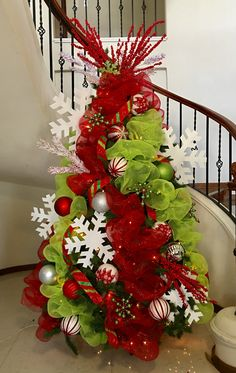 Choose the Best Christmas Tree decorating ideas. These Christmas Tree decorations are the best & trending Christmas decorations ideas of the year. Rose Gold Christmas Tree, Gingerbread Christmas Decor, Grinch Christmas Tree, Grinch Christmas Decorations, Turquoise Christmas, Burlap Christmas Tree, Unique Christmas Trees, Christmas Tree Ornaments, Merry Christmas