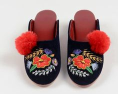 Szögedi papucs Folk Costume, Costumes, Hungarian Embroidery, Kids Study, Hungary, Embroidery Patterns, Art Decor, Culture, Statue
