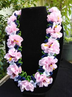 36 inches long, open ends,flat lei. You can adjust the length by tying the ribbon. Ribbon Lei, Ribbons, Bridal Flowers, Diy Flowers, Money Lei, Candle Wedding Centerpieces, Leis, School Colors, Ukulele