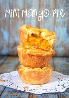 Mini pies with super flaky crust and sweet Mango filling. So deliciously irresistible. Mango Dessert Recipes, Mango Recipes, Tart Recipes, Baking Recipes, Real Food Recipes, Summer Fruit Pie Recipe, Mango Tart, Peach Mango Pie, Mini Pies