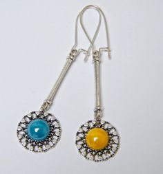 Boucles d'oreilles dormeuses, métal argenté, résine, jaune, bleu : Boucles d'oreille par mes-creations-plaisir