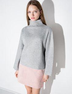 Grey mock neck soft boxy sweater . By J.O.A *68% acrylique,22% nylon, 7% angora, 3% elastane*Length 22