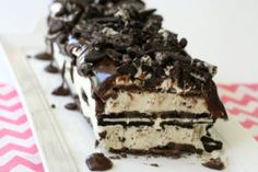 This Easy Oreo Ice Cream Cake is one of our favorite frozen treats because it is SO easy to make! Oreo Ice Cream, Ice Cream Cookies, Ice Cream Desserts, Frozen Desserts, Ice Cream Recipes, Cream Cake, Fun Desserts, Delicious Desserts, Whipped Cream